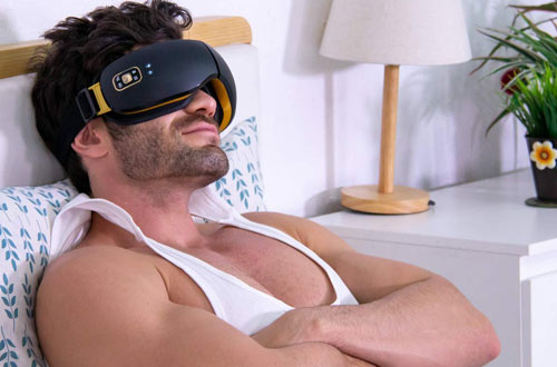 Man using OSITO eye massager for father's day